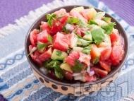 Салата с розови домати, червен лук и авокадо